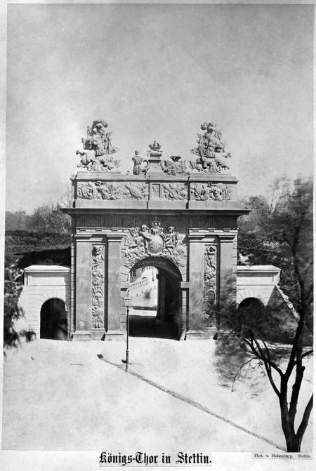 Brama Królewska (1726/28), od strony miasta. Fotografia Stoltenburga z około 1860 r. MNS/A.Foto/5363 A