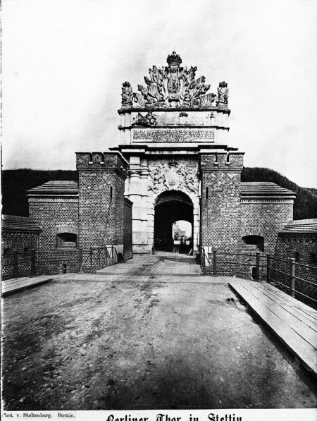 Brama Portowa (1725/40), od strony miasta. Fotografia Stoltenburga z około 1860 r. MNS/A.Foto/5363 B