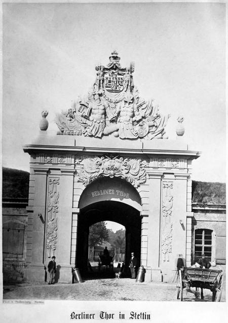 Brama Portowa, od strony pola. Fotografia z około 1890 r. MNS/A.Foto/15687