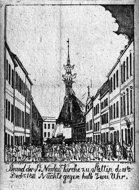 Pożar kościoła św. Mikołaja w Szczecinie 10 grudnia 1811 r. nocą około godziny pół do drugiej. Akwaforta według rysunku P.H.E. Germanna, 1811. – Kościół, trójnawowa gotycka hala z XIV wieku, położony był na miejscu Nowego Rynku. Służył Francuzom jako magazyn paszy dla koni i został po strasznym pożarze zburzony. 8,3 x 7,4cm. MNS/A.Foto/5142 A